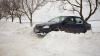 Primul accident din cauza drumurilor înzăpezite. O maşină a derapat într-un şanţ (VIDEO)