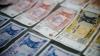 Moldovenii primesc mai puțini bani din străinătate. Volumul transferurilor în 2015