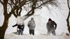 Locuitorii din Puhoi, UN EXEMPLU pentru Moldova: Înarmați cu lopeți, au ieșit la marea deszăpezire
