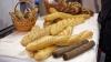 LECŢIE DE OMENIE! Reprezentanţii unui magazin din Capitală oferă GRATUIT pâine bătrânilor