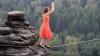(VIDEO) Femeia care a şocat o lume întreagă. Merge pe sfoară la înălţime fiind încălţată pe tocuri