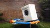 Milioane de oameni s-au uitat cum sare o maşină de spălat pe o trambulină (VIDEO)
