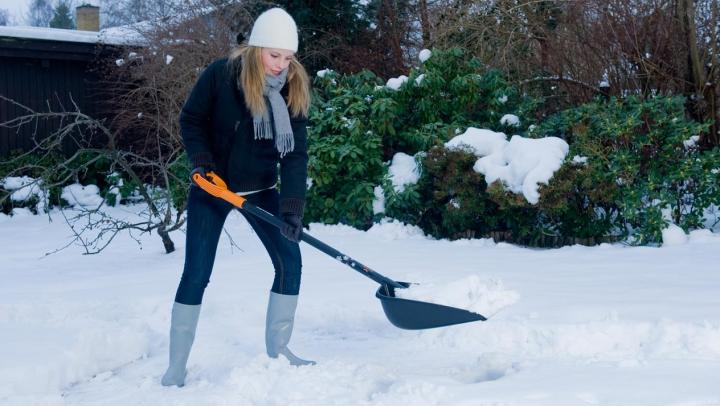 IMAGINEA ZILEI! Cum a fost suprinsă o tânără în timp ce curăța trotuarul de zăpadă (FOTO)