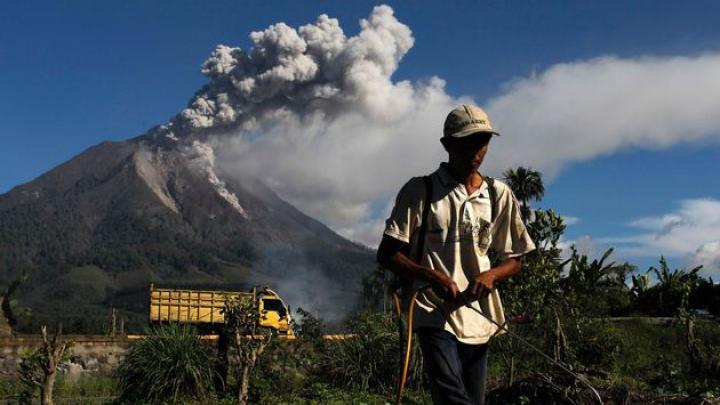 Calm la suprafață, dar neliniștit sub pământ. Un vulcan din Indonezia stă să erupă