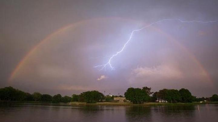 Una la un milion. Ce a surprins un fotograf într-un curcubeu lovit de fulger (FOTO)