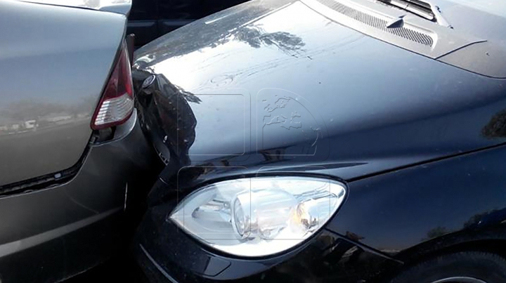 Accident în lanţ în Capitală. Patru maşini s-au lovit în apropiere de Circ