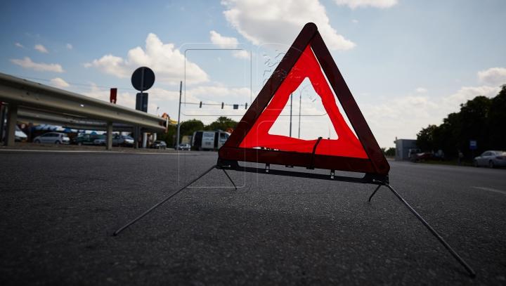 GRAV ACCIDENT în Capitală! O mașină a fost făcută zob (FOTO)
