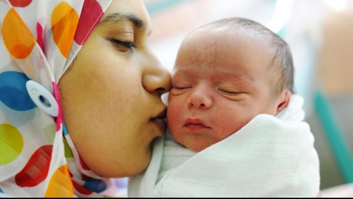 Bebeluşul unei refugiate din Siria s-a născut cu un semn incredibil. Ce scrie pe fruntea băieţelului