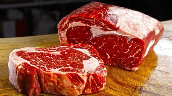 Cum verifici dacă e proaspătă carnea pe care o cumperi. Trei pași simpli