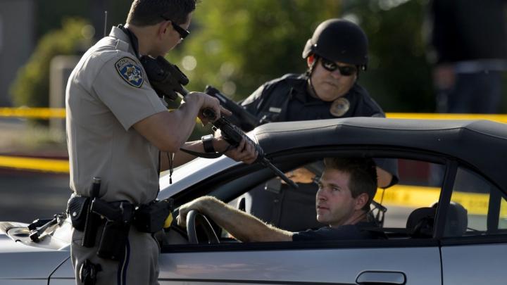 În SUA, poliţia nu se joacă cu tine. Vezi ce a păţit un tânăr care a încercat să spargă maşini (VIDEO 16+)