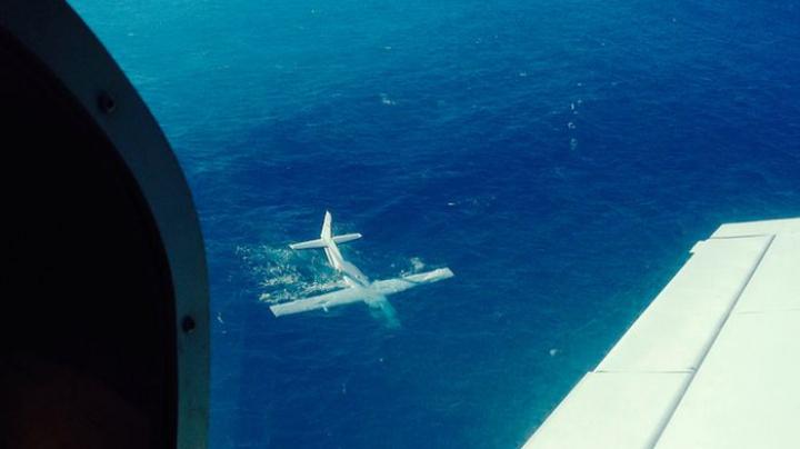 Un avion cu pasageri a căzut în Oceanul Pacific. Trei persoane au murit