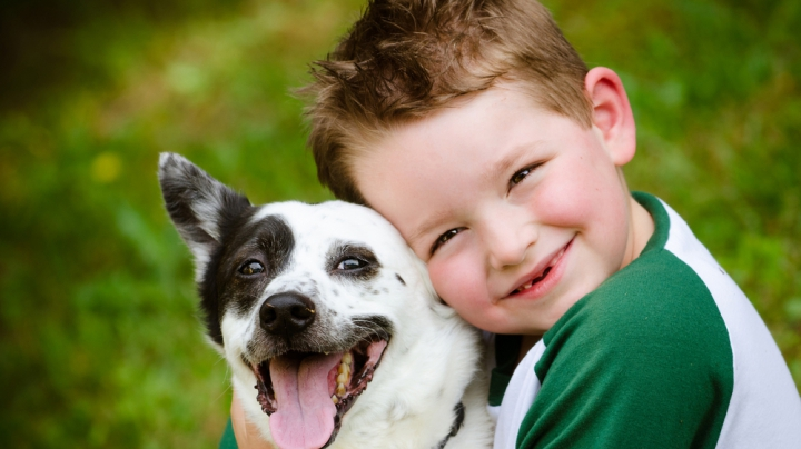 Poveste incredibilă de prietenie! Un băieţel şi un căţel poartă haine similare (FOTO)