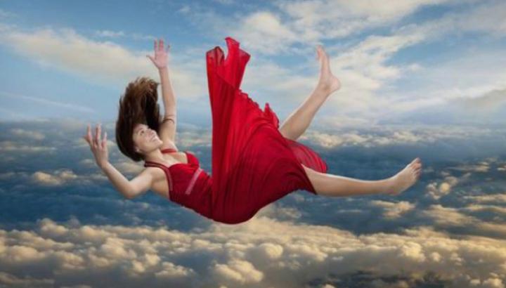 Ce înseamnă când visezi că zbori, cazi sau eşti urmărită