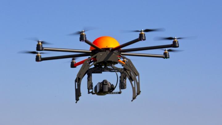 Chinezii uimesc din nou: Au creat o dronă capabilă să transporte oameni (FOTO)