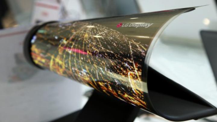 Aşa arată viitorul! Ecranul flexibil LG pe care-l întorci ca pe o foaie de hârtie