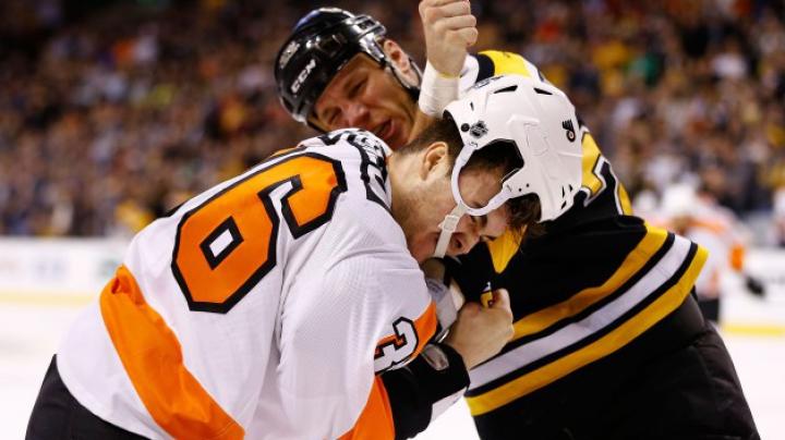 O nouă bătaie în NHL! Jucătorii de la Philadelphia Flyers şi Boston Bruins nu şi-au putut stăpâni furia