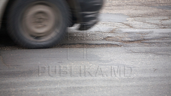 NEBUNIE CURATĂ! Un bărbat conduce fără volan o maşină veche (VIDEO)