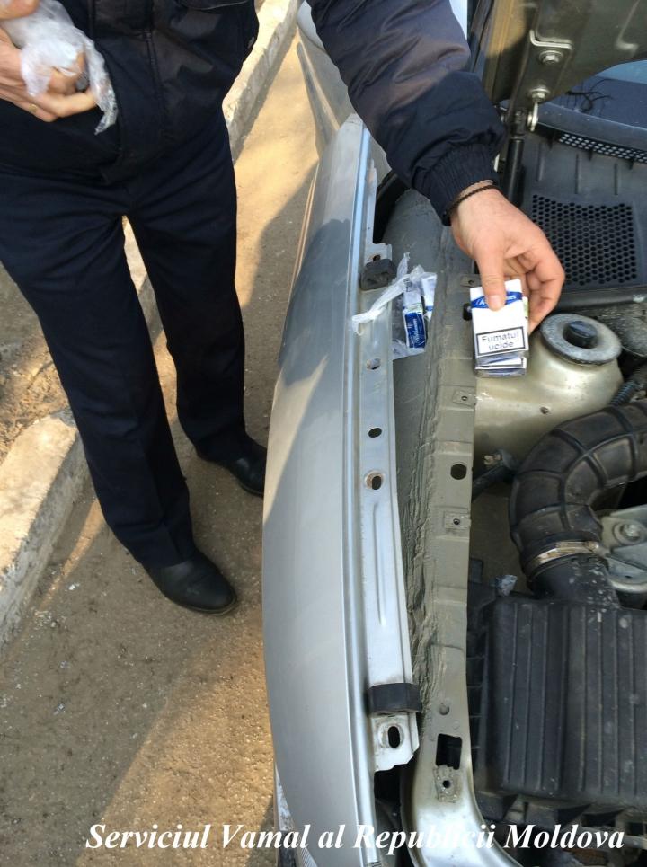 Nu au trecut de câinele Charly. Eşec în contrabanda cu ţigări pentru doi şoferi la Sculeni (FOTO)