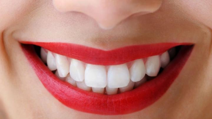 Soluții naturale pentru o dantură impecabilă. Cum îţi menţii dinţii albi şi sănătoşi