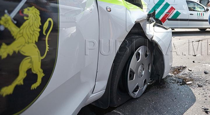 POLIŢIŞTI GHINIONIŞTI! Momentul în care două vehicule ale poliţiei s-au ciocnit (FOTO)