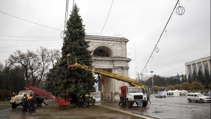 """""""Sfârşitul"""" bradului din PMAN! Angajaţii Primăriei au scos ghirlandele şi au demontat iluminatul artistic"""
