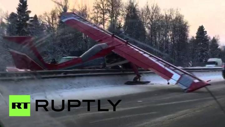IMAGINI SENZAŢIONALE. Un avion a aterizat în mijlocul unei autostrăzi din Moscova (VIDEO)