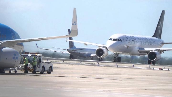 Un Boeing 757-200 a aterizat de urgență la Tokyo. În cabină a fost simţit miros de fum