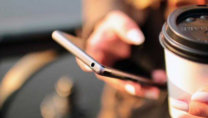 Studiu: Verificarea constantă a smartphone-ului afectează postura şi starea de spirit