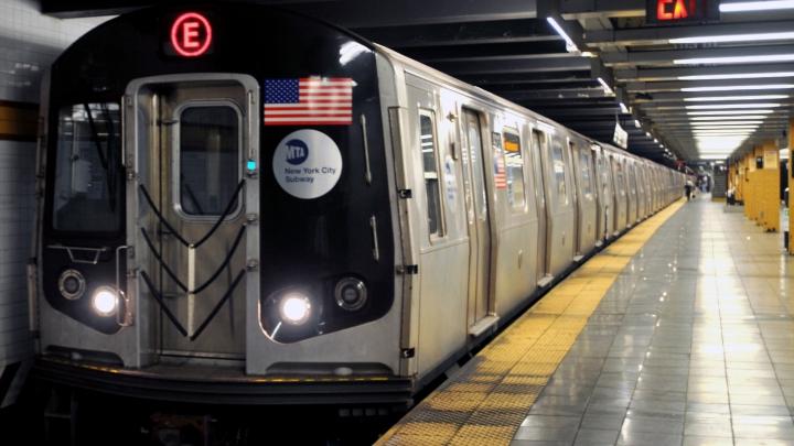 NO COMMENT! Un tânăr s-a dezbrăcat în metroul din New York. Ce a urmat a uimit pe toți (VIDEO)