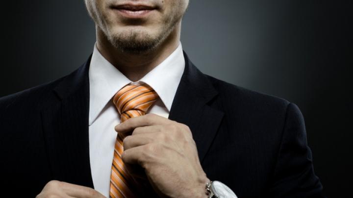 Accesoriul care afectează sănătatea. Ce riscă bărbaţii care îşi strâng puternic cravata la gât