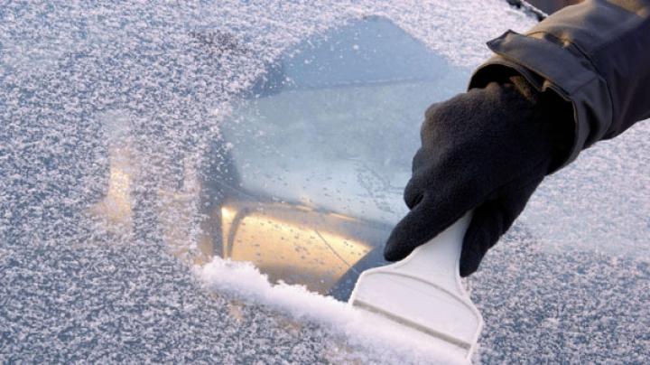 Recomandări pentru şoferi. Ce nu ar trebui să faci niciodată dacă a îngheţat parbrizul maşinii