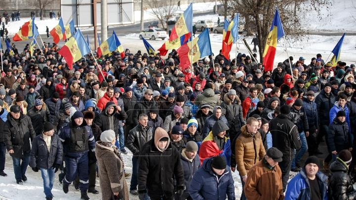 Protestatarii au făcut presiuni la televiziunea naţională (FOTOREPORT)