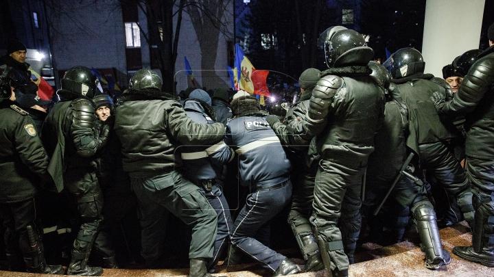 FOTOREPORT: PROTESTE ÎN FAȚA PARLAMENTULUI 20 ianuarie 2016