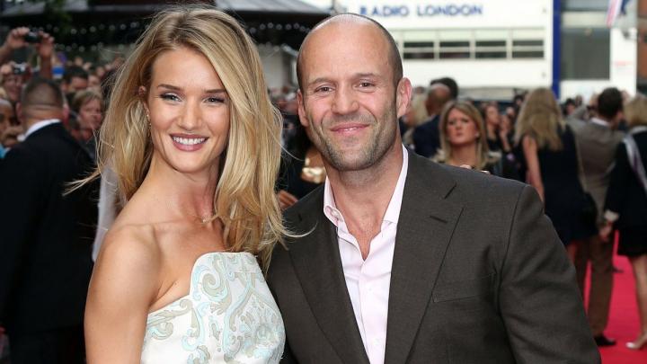 Actorul Jason Statham s-a logodit la 48 de ani. Cine este aleasa inimii şi câţi ani are