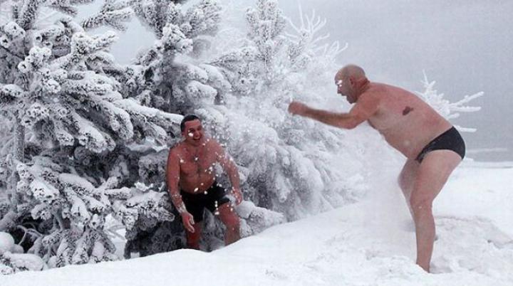 IMAGINI IMPRESIONANTE din gerul siberian. Oamenii se scaldă în râu la -30 de grade Celsius
