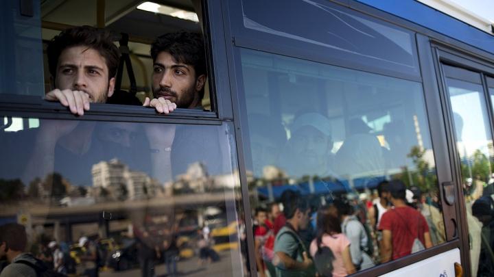 Gest incredibil! Ce a făcut un politician german cu un autocar plin cu refugiați