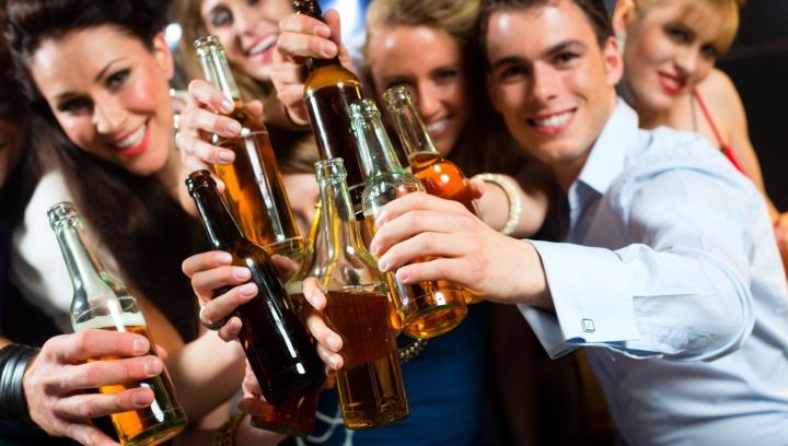 UIMITOR! Cum influențează rețelele de socializare consumul de alcool în rândul tinerilor