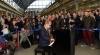Recital de pian într-o gară de tren. Elton John a surprins plăcut călătorii