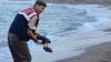 Un artist chinez a stârnit controverse, după ce a pozat în postura băiatului sirian înecat