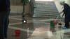 MIROS INSUPORTABIL! Holurile Primăriei Bălţi, inundate în urma unei avarii la sistemul de încălzire (VIDEO)