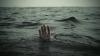 NO COMMENT: MOMENTUL în care doi oameni sunt luaţi de un val uriaş (IMAGINI DE GROAZĂ)
