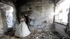 """""""Viaţa e mai puternică decât războiul"""". Un cuplu şi-a făcut pozele de nuntă în localitatea fantomă Homs"""