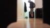 SURPRIZĂ! Reacţia unui bărbat când vine acasă şi vede pe cineva în pat cu iubita sa (VIDEO)