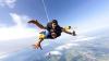 Adrenalină la 80 de ani! O bătrânică, la UN PAS DE MOARTE, în timp ce a sărit cu parașuta (VIDEO)