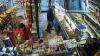 """""""PRINS"""" de camerele de supraveghere. Un bărbat fură produse dintr-un magazin din Chișinău (VIDEO)"""