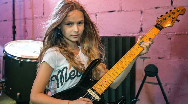IMPRESIONANT! O fetiță din Chișinău a cucerit juriul unui concurs de muzică din Rusia (VIDEO)