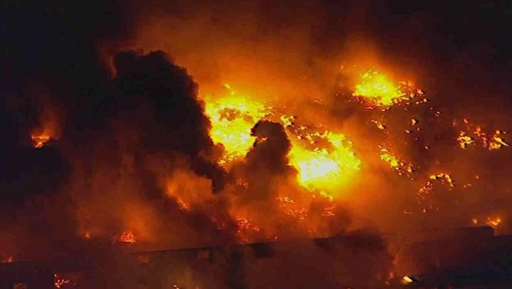Incendiu de PROPORȚII la un depozit. Sute de pompieri se luptă cu flăcările (VIDEO)