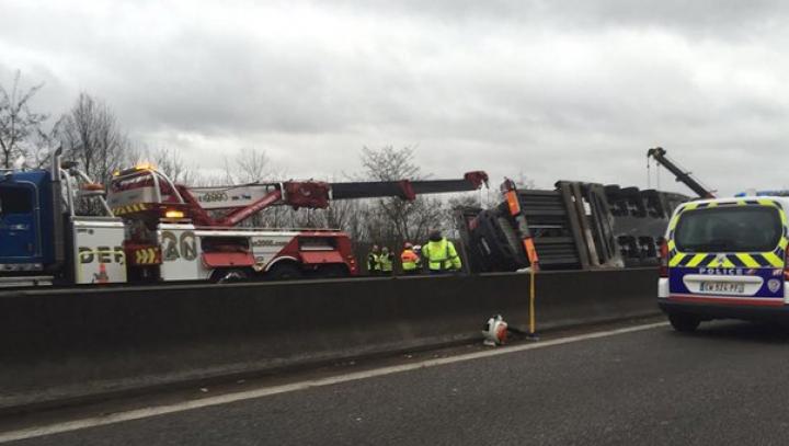 Accident de milioane de euro! Un camion care transporta nouă mașini sport rare s-a răsturnat lângă Paris
