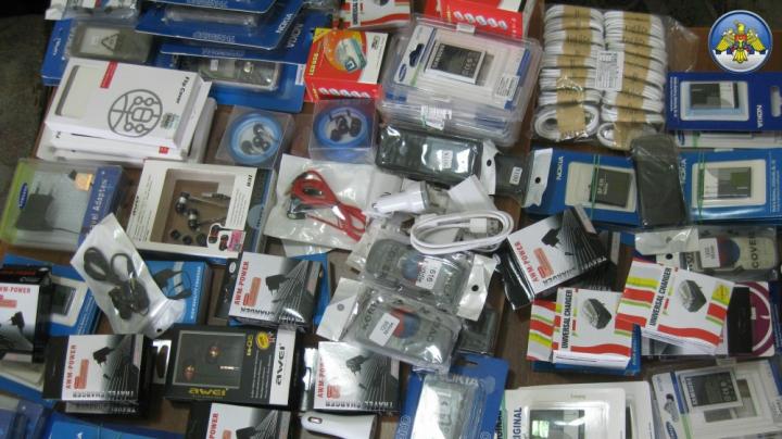 Contrabandă cu accesorii pentru telefoane mobile. Făptaşul s-a ales doar cu o amendă