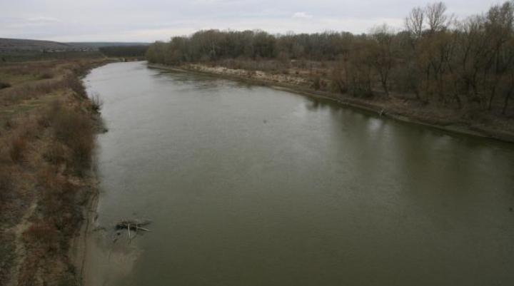 Aventuri pe timpul iernii. Trei moldoveni au trecut înot râul Prut pentru a face contrabandă cu țigări